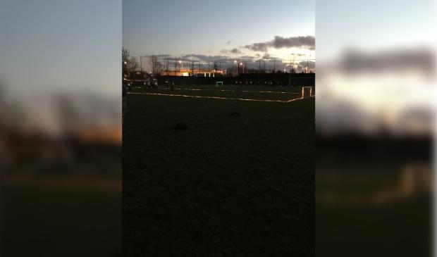 <p>Voetballen in het donker tijdens de Ledsvoetbal.&nbsp;</p>
