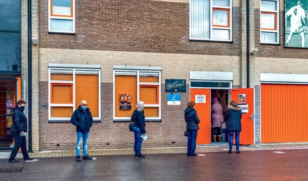<p>In de rij om te stemmen bij Clubcorner FC Volendam.&nbsp;</p>
