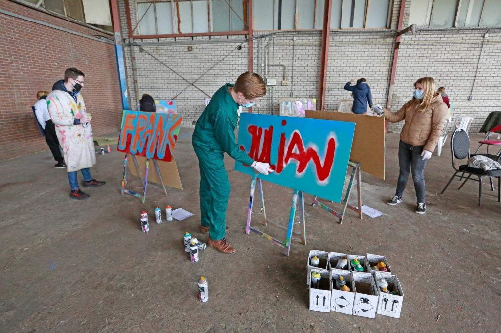 <p>Jongeren leven zich uit tijdens de graffiti-workshop, georganiseerd door JIJ Hoort erbij in het kader van Jeugd aan Zet.</p> (Foto: Theo Annes) © rodi