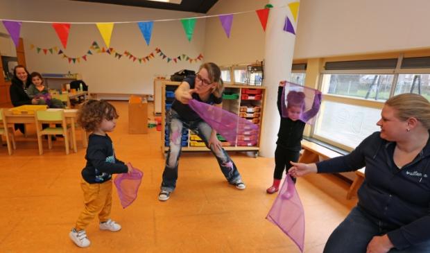 Muziekjuf Jessica (m) danst met peuters van de Kleine Braam.