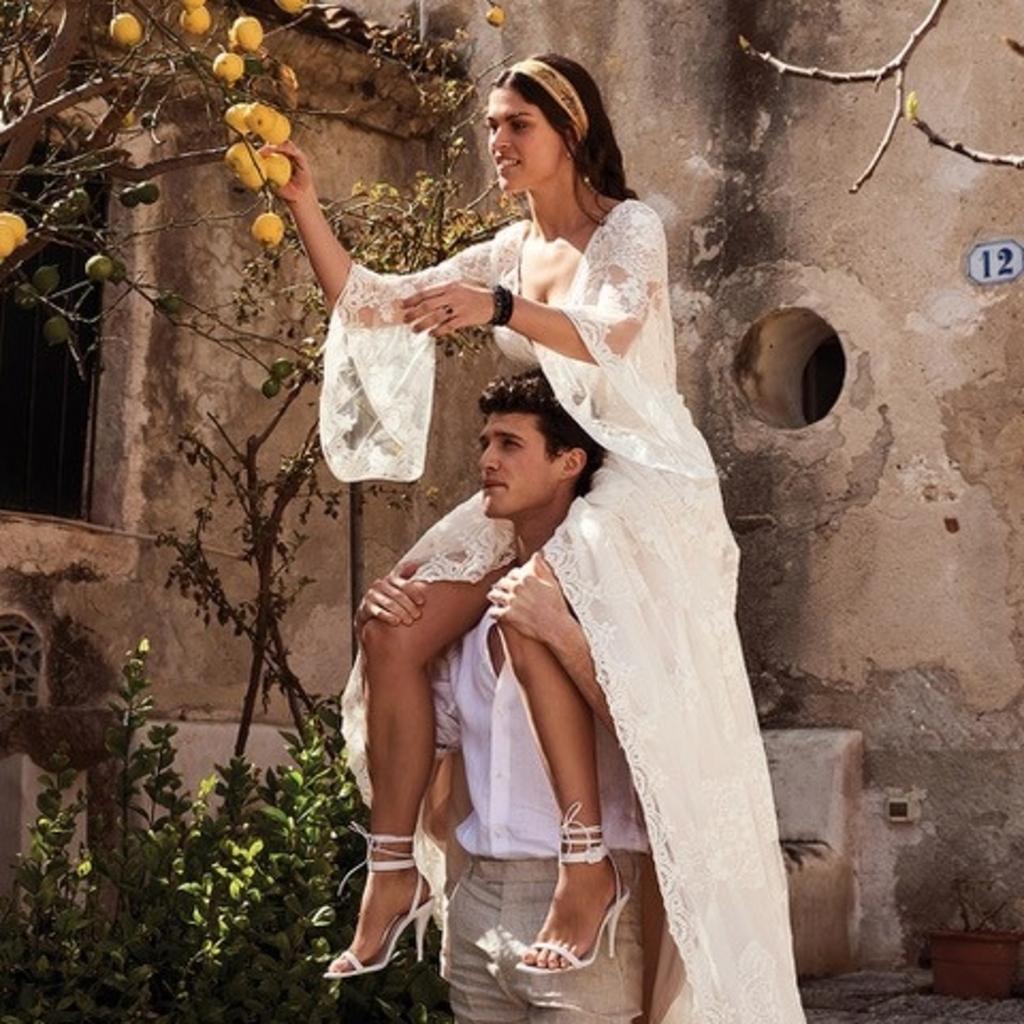 De bruidegom neemt het gezegde 'op handen dragen' wel heel letterlijk... (Foto: aangeleverd) © rodi