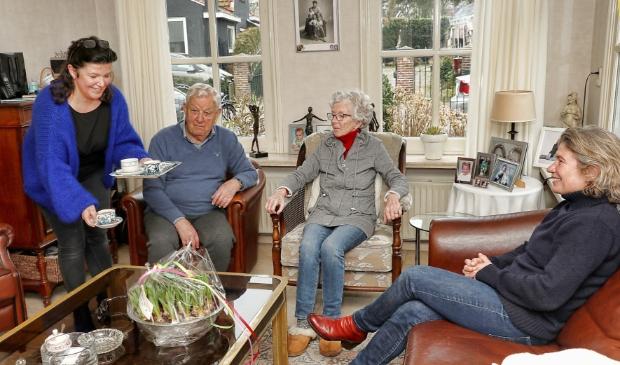 <p>Erna werkt bij echtpaar Aad en Corrie terwijl Mirjam een kijkje komt nemen</p>
