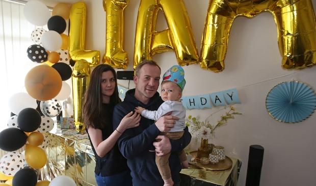 <p>De ouders van de doodzieke Liam (net 1) zitten met hun handen in het haar.</p>