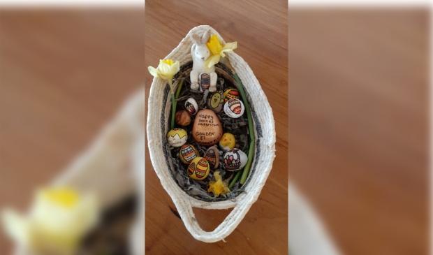 <p>Stenen eitjes klaar om verstopt te worden in de Burgemeester Mooijstraat.</p>