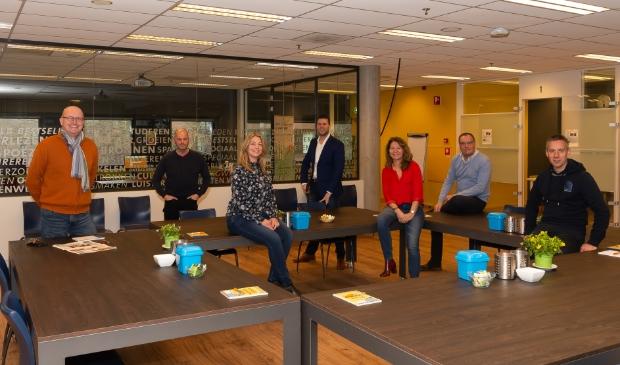 <p>De redactieleden inspecteerden dezer dagen alvast hun nieuwe werkplek. Tot goedkeuring van manager Jacob Ruig (midden).</p>