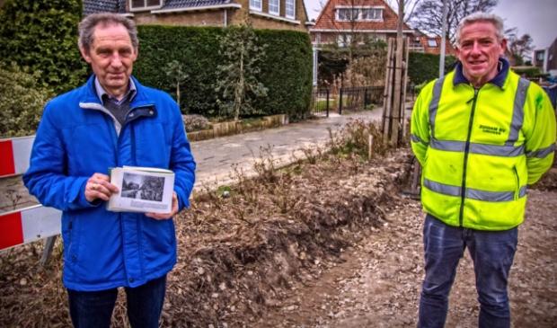 <p>Peter Levi (met boekje waarin de Ciebeek afgebeeld is) en kraanmachinist Gerard Kassing, die stuitte op de betonnen resten van de brug. &nbsp;</p>