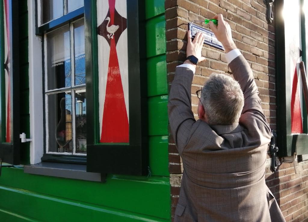 Burgemeester Dennis Straat schroefde het bordje eigenhandig op de gevel. (Foto: Rodi Media/MvS) © rodi