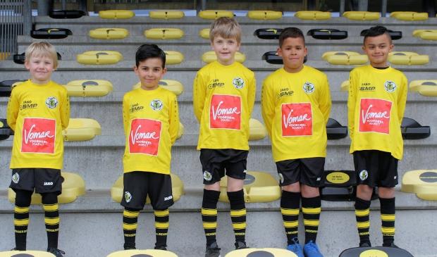 <p>Spelers van Reiger Boys jongens onder 8-4, het eerste team met het Vomar-logo op het wedstrijdshirt.&nbsp;</p>
