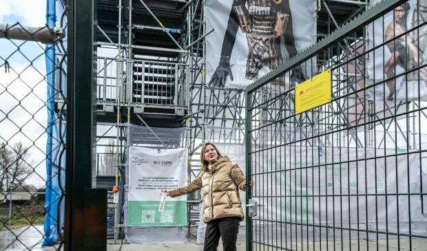 <p>Cora van Nieuwenhuizen opende het uitkijkpunt langs de A9.</p>