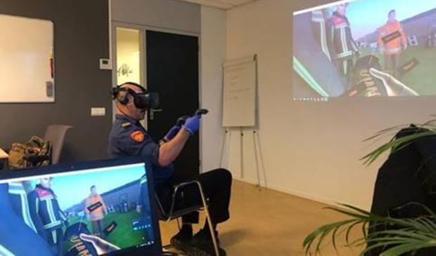 """<p pstyle=""""PLAT"""">Brandweerman tijdens Vitual Reality oefening.</p>"""