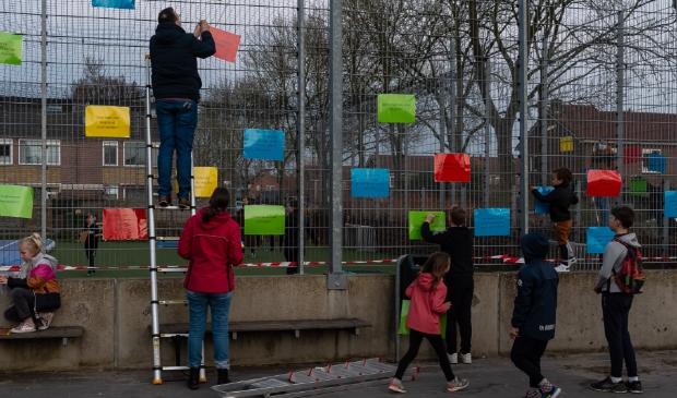 <p>Dinsdagavond werd de voetbalkdoor ouders en kinder volgehangen met kleurige pamfletten.&nbsp;</p>