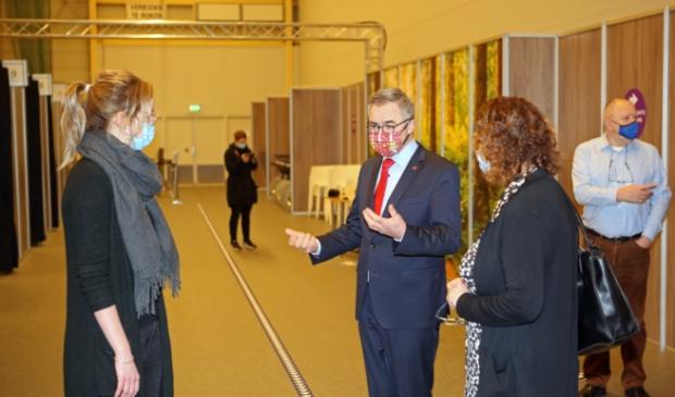 <p>Burgemeester Wienen bij de opening van het vaccinatiecentrum in het Kennemer Sportcenter.</p>
