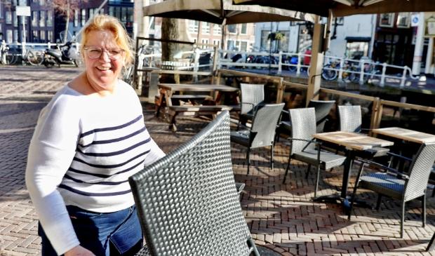 <p>Karin Hiemstra, eigenaar van fonduerestaurant De Fransman aan de Mient, zette vandaag sinds lange tijd haar terras weer buiten.</p>