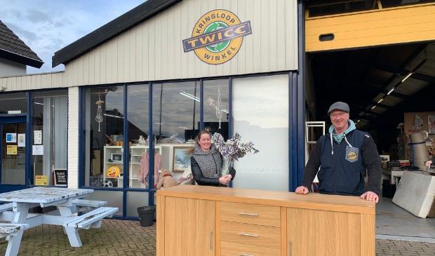 <p>Marleen van der Meer (secretaris Wironruiters) en Bart Visser (eigenaar kringloopwinkel Twice) zijn blij met de gemaakte match.</p>