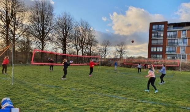 <p>De jeugd van volleybalvereniging NIVO traint nu op het buitenterrein bij de ADOS-hal.</p>