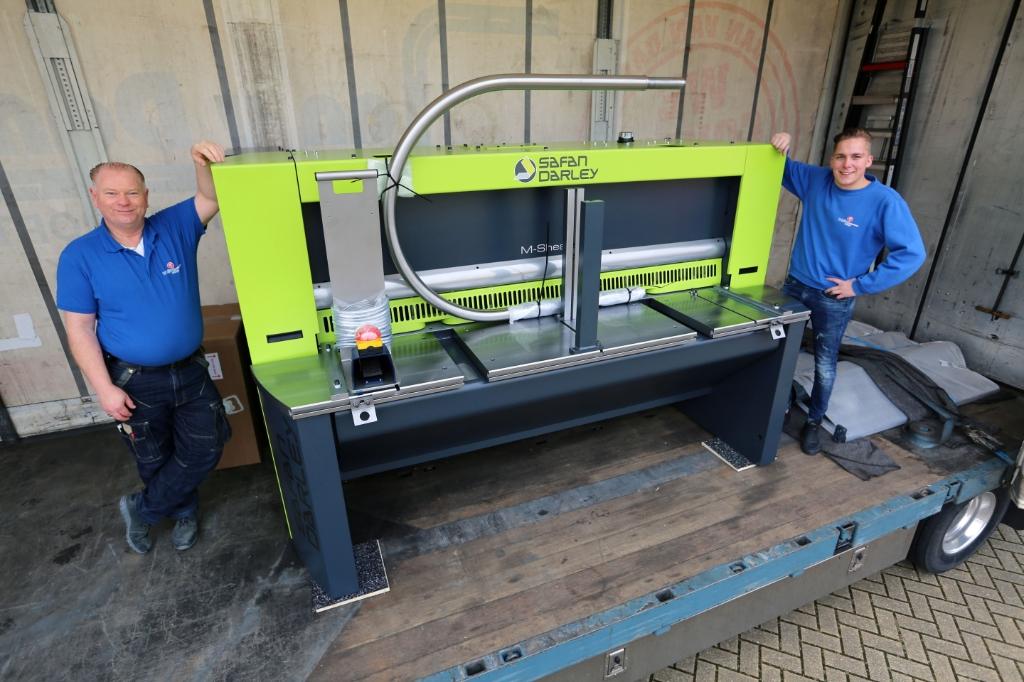 Peter en Mees tonen trots de gloednieuwe guillotineschaar. (Foto: Theo Annes ) © rodi