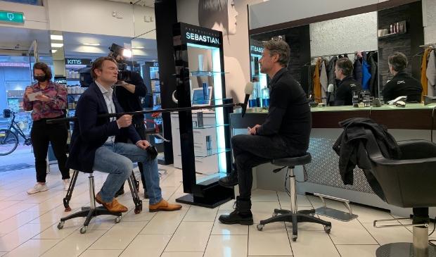 <p>Aad van Tunen jr. doet zijn verhaal voor een cameraploeg van RTL.</p>