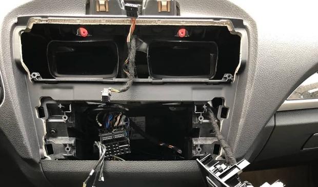<p>Kostbare systemen zoals navigatieapparatuur wordt door auto-inbrekers vakkundig verwijderd.</p>