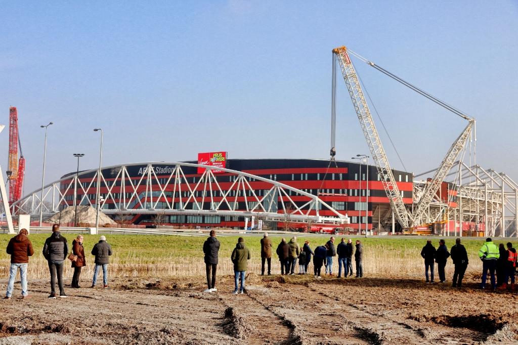 <p>Veel nieuwsgierigen namen een kijkje</p> (Foto: vincentdevriesfoto.nl) © rodi