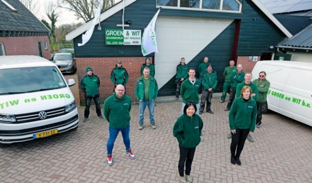 <p>Het trotse team van&nbsp;<strong>Bouwbedrijf Groen en Wit</strong></p>