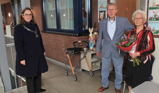 <p>Burgmeester Judith Michel brengt het echtpaar Ten Wolde de felicitaties voor hun 70-jarig (!) huwelijk.&nbsp;</p>
