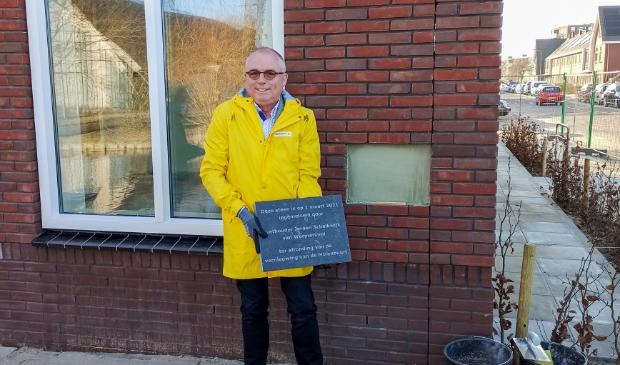 <p>Wethouder Jeroen Schalkwijk metselde op 1 maart een oprichtingsplaquette in de muur van de nieuwe Spatterstraat portiekwoningen. </p>