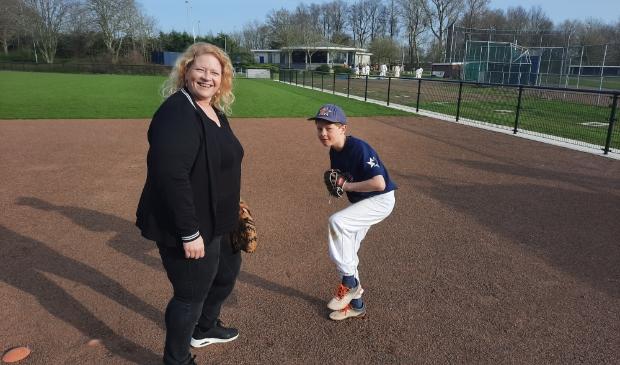 Karin Grent en Double Stars jeugdspeler Casper Hoetjes met op de achtergrond clubhuis Grand Slam.