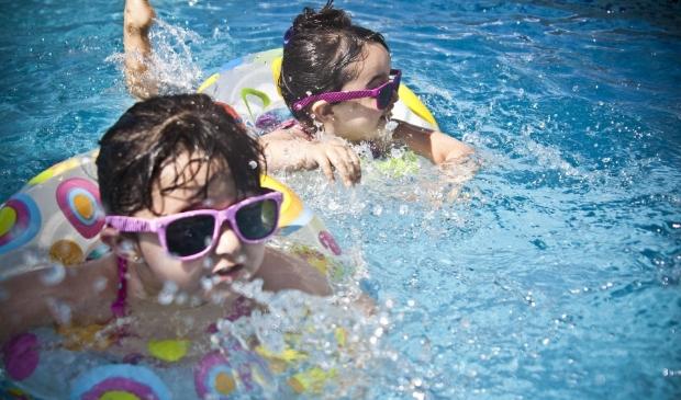 <p>Lekker genieten in het water van zwembad Het Zwet, het kan weer vanaf 27 april.</p>