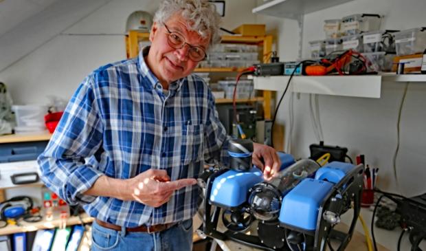 <p>Martin Meinster bij het apparaat ROV dat wat taken kan overnemen</p><p>van de duikers.</p>