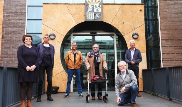<p>Het hele bestuur zonder Bart van Hofwegen, met v.l.n.r. Kim Meijer, Willem Laan, Wim van Eunen, Bert van Diermen, Bert Meijer en Cees Hollenberg.</p>