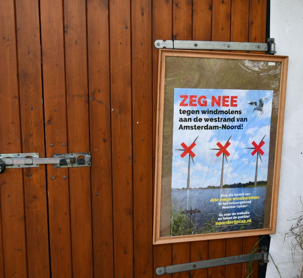<p>Overal posters tegen plaatsing van de windmolens.</p> <p>(Foto: Dirk Karten)</p> © rodi