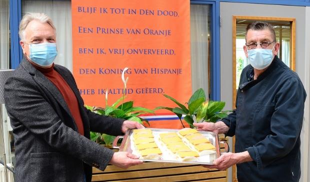 <p>Op woonzorglocatie Schoterhof werden de tompouces door voorzitter van het Oranje Comit&eacute; Frank Heerens overhandigd aan kok Evert de Boer.</p>