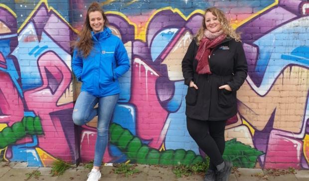 <p>Jongerenwerkers Linda de Jong (links) en Amber van der Meulen bedachten de ART wedstrijd.&nbsp;</p>