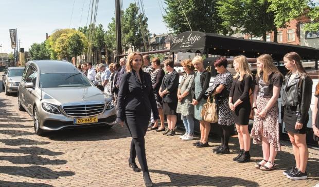 <p>Lisette Wit voor uitvaartverzorging Pieter Dekker.</p>
