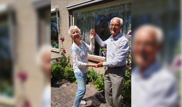 60 jaar getrouwd stel doet dansje in voortuin