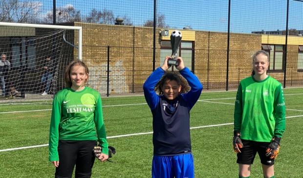 <p>DEM keepsters Ella Jenema en Danee van Balen met in het midden penaltybokaal-winnaar Desteny Verlaat. </p>