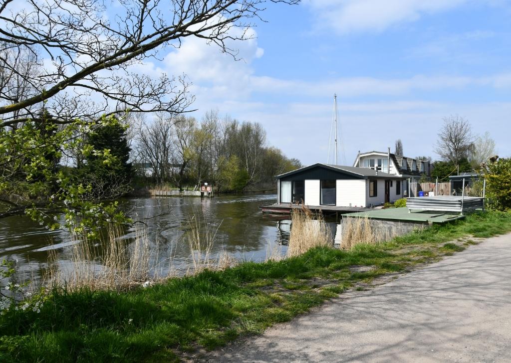 <p>Laatste woonboot van Zijkanaal H. Hier is de fietsbrug naar en van de Achtersluispolder gepland.</p> <p>(Foto: Dirk Karten)</p> © rodi