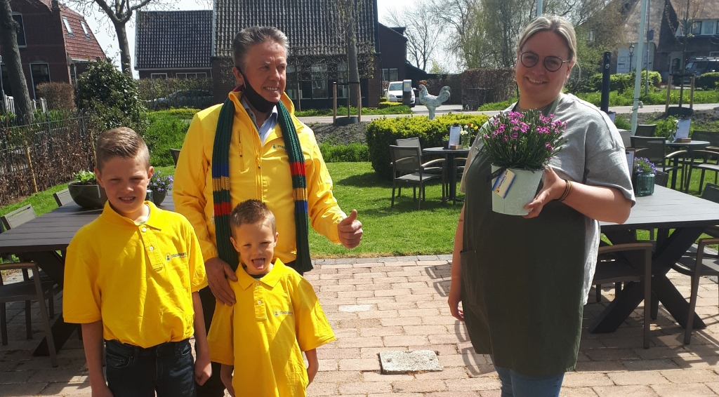 <p>Nico, de Lange bracht een plantje bij onder meer De Kerckhaen in Westbeemster.&nbsp;&nbsp;</p> ((Foto: aangeleverd)) © rodi
