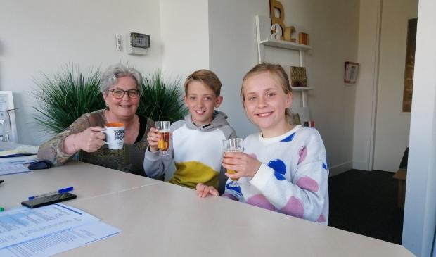 <p>Directeur Careline van der Lippe proost met Quinten en Lieve op de certificering.l</p>