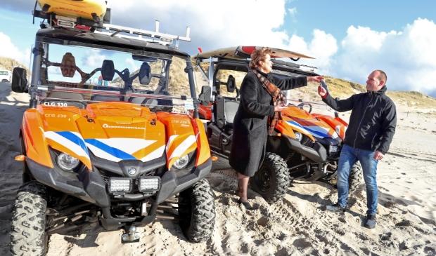 <p>Burgmeester Marjan van Kampen overhandigt de sleutels van de nieuwe strandbuggy aan Arnoud Wolthuis van de Reddingsbrigade.</p>