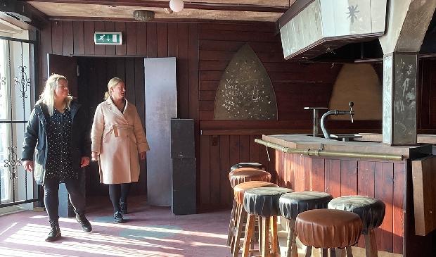 <p>Gerie en Roos, 20 jaar na de brand in caf&eacute; &#39;t Hemeltje (Foto: NH Media)&nbsp;</p>
