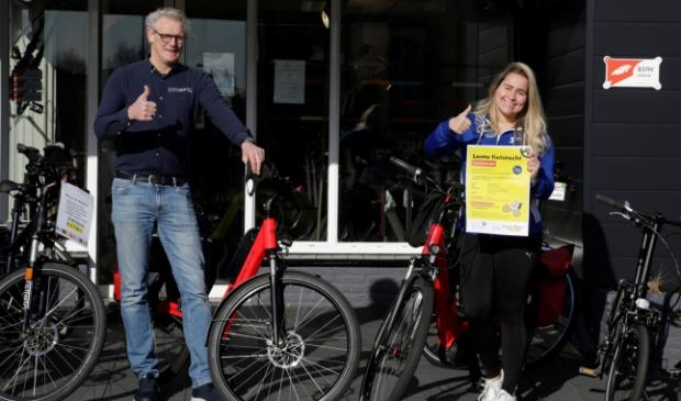 <p>René van Dongen, eigenaar The Cool Biking Company en Rachel Plaggenburg, Buurtsportcoach Team Sportservice Zaanstreek-Waterland.</p>