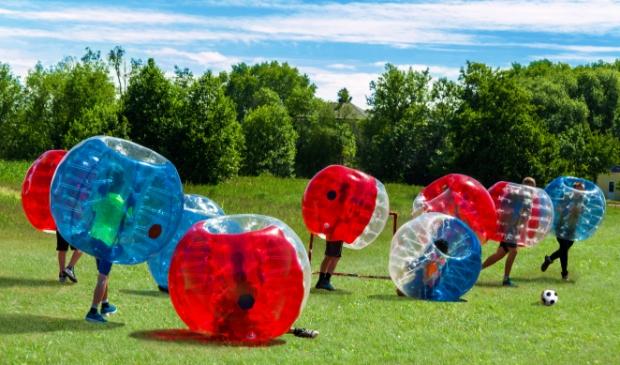 <p>Voetballen in een luchtbal.&nbsp;</p>
