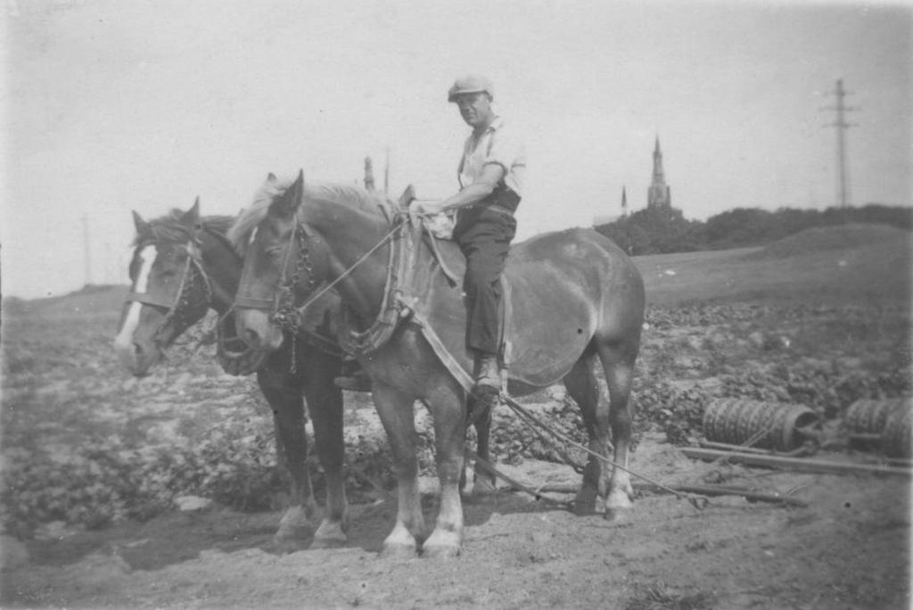 Gerrit als boerenknecht van boer Meijaard. (Foto: aangeleverd) © rodi