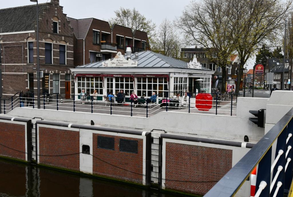 <p>Ook het terras van het Zaanse Pannenkoekenpaleis aan de sluis zat gelijk vol. &nbsp;&nbsp;</p> <p>(Foto: Dirk Karten)</p> © rodi