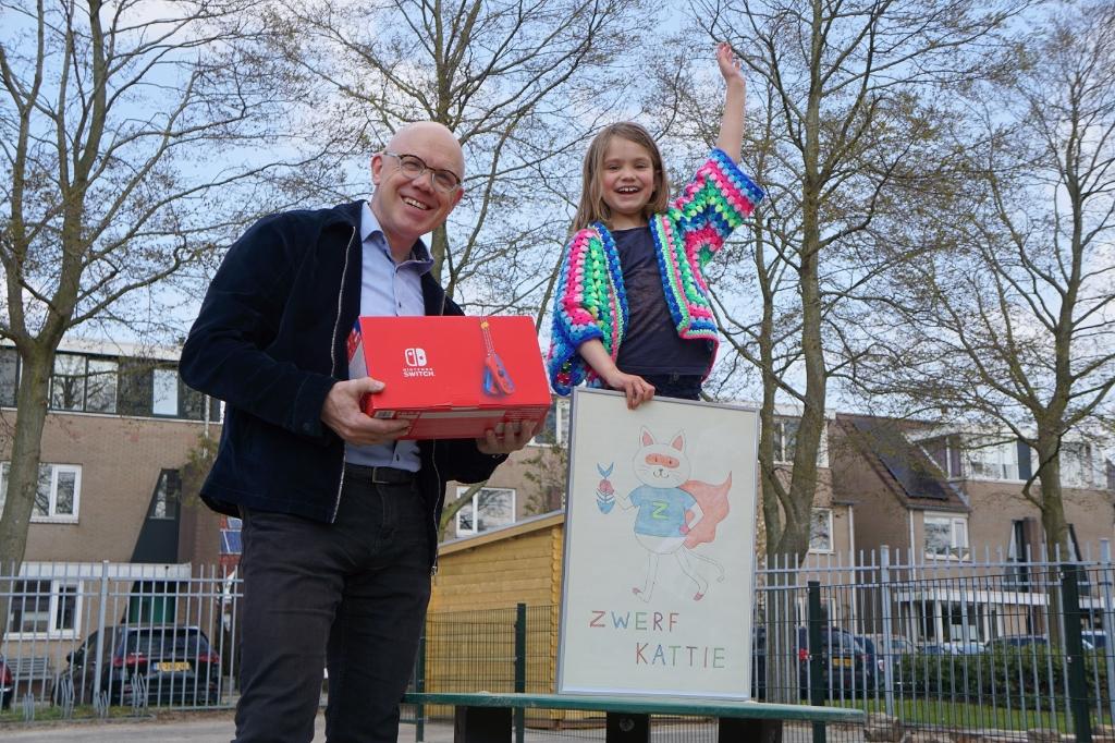<p>Wethouder Harold Halewijn reikt aan winnaar Mara een Nintendo Switch uit op het schoolplein als blijk van waardering voor haar winnende inzending. </p> <p>(Foto: Pressrecord)</p> © rodi