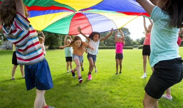 <p>Het spel met een grote gekleurde parachute kan altijd rekenen op succes. </p>