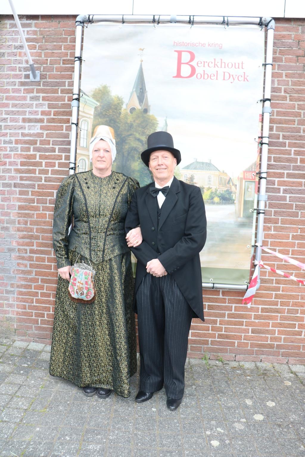 <p>Poseren in klederdracht voor het historische spandoek van de Kerkebuurt.</p> (Foto: Corrie Bos) © rodi
