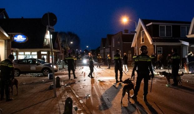 <p>De politie greep in toen het straatfeest in De Goorn uit de hand liep.</p>