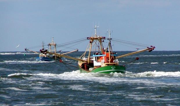 <p>Vissers uit Urk op Waddenzee in stroomgat tussen Vlieland en Terschelling.</p>